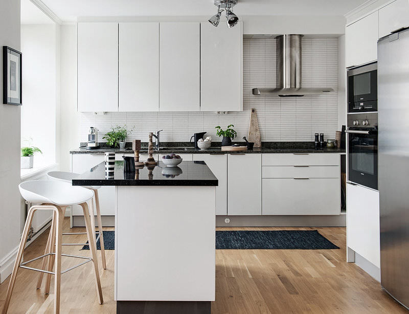 bucătărie minimalistă cu bar de mic dejun