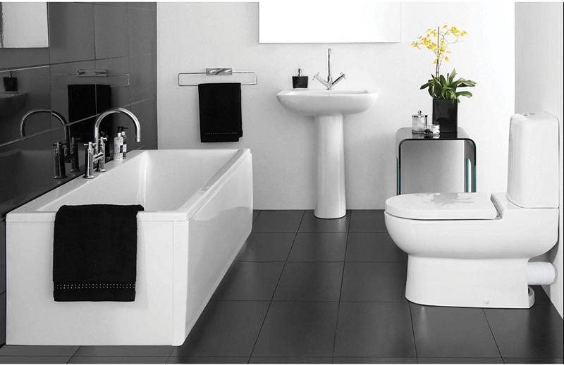 Grande salle de bain en noir et blanc.