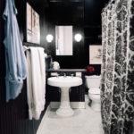 Salle de bain en petits panneaux noir et blanc avec panneaux verticaux