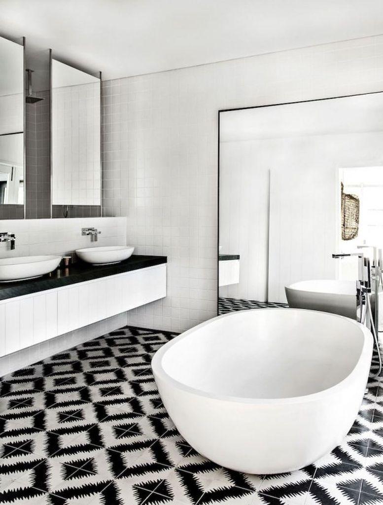 Ornement de salle de bain noir et blanc sur le sol