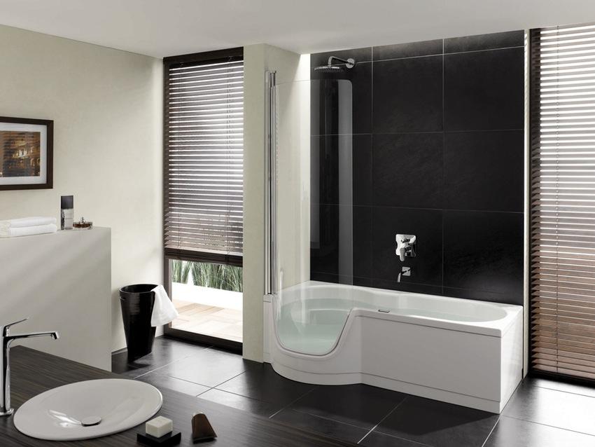Salle de bain en noir et blanc avec luminaires blancs