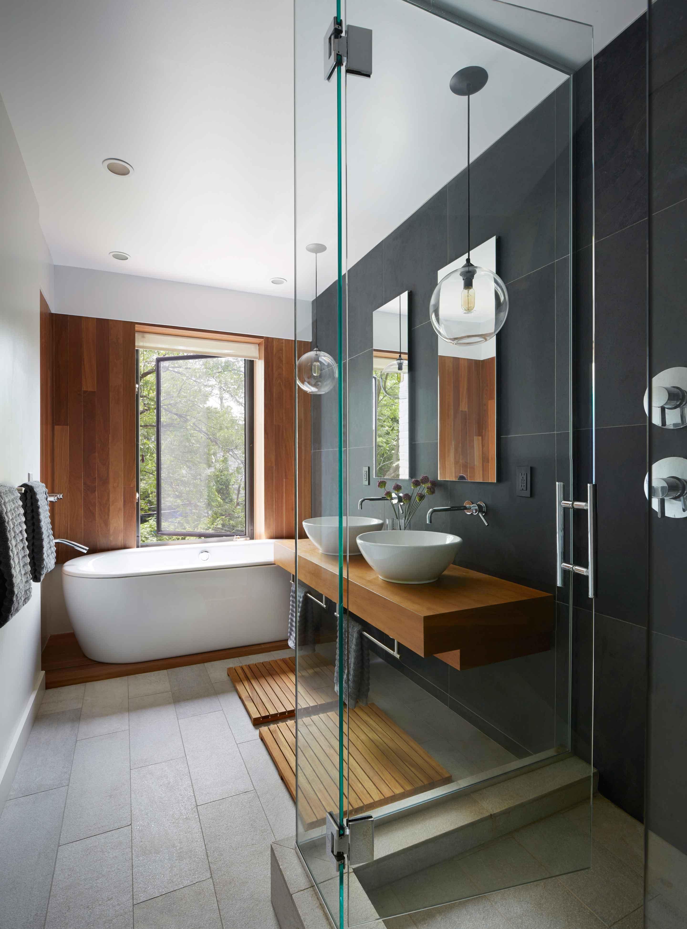 Salle de bain en noir et blanc avec mobilier en bois