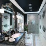 Salle de bain à division diagonale en noir et blanc