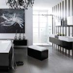 Salle de bain en noir et blanc avec fenêtres panoramiques.