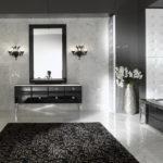 Salle de bain en noir et blanc avec chandeliers et coiffeuse