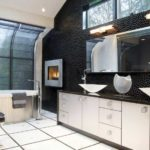 Salle de bain en noir et blanc avec un intérieur spacieux