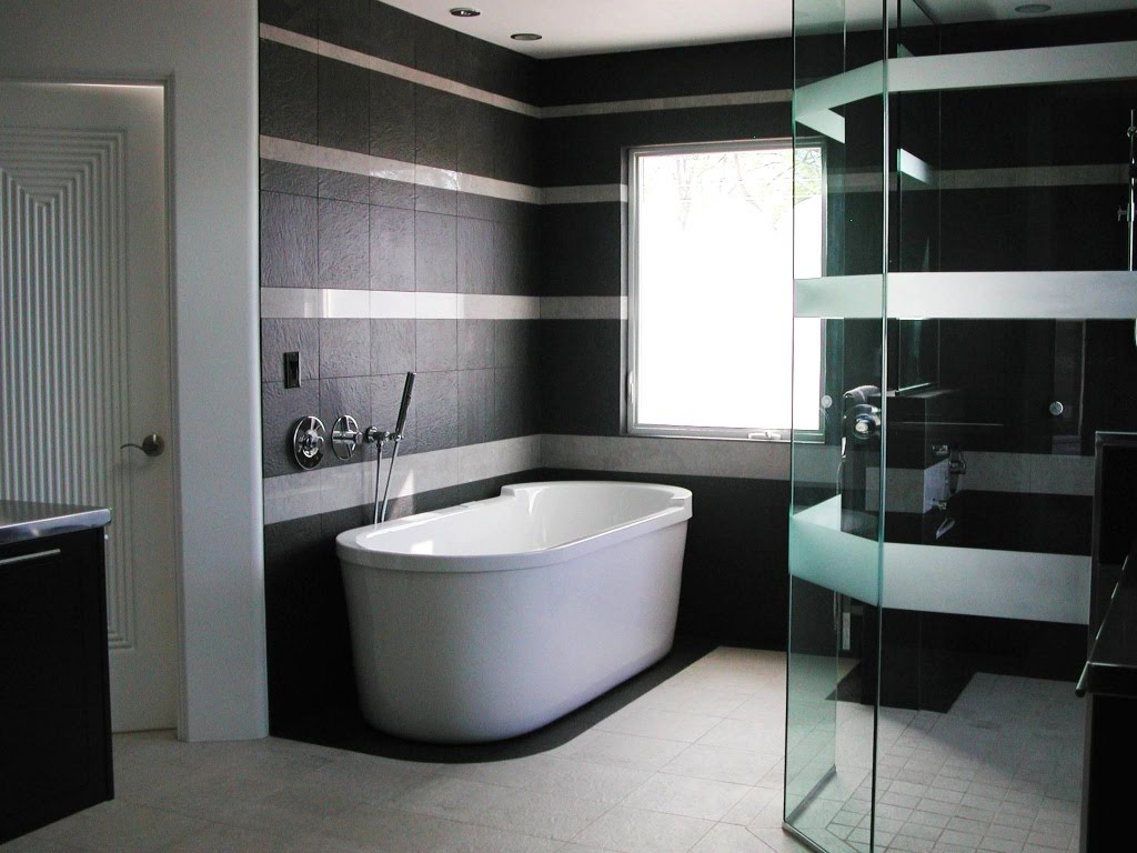 Salle de bain en noir et blanc aux couleurs contrastées.