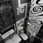Salle de bain en noir et blanc combinée avec une texture de marbre et de carrelage.