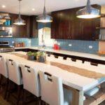 design mare de bucătărie cu o masă mare