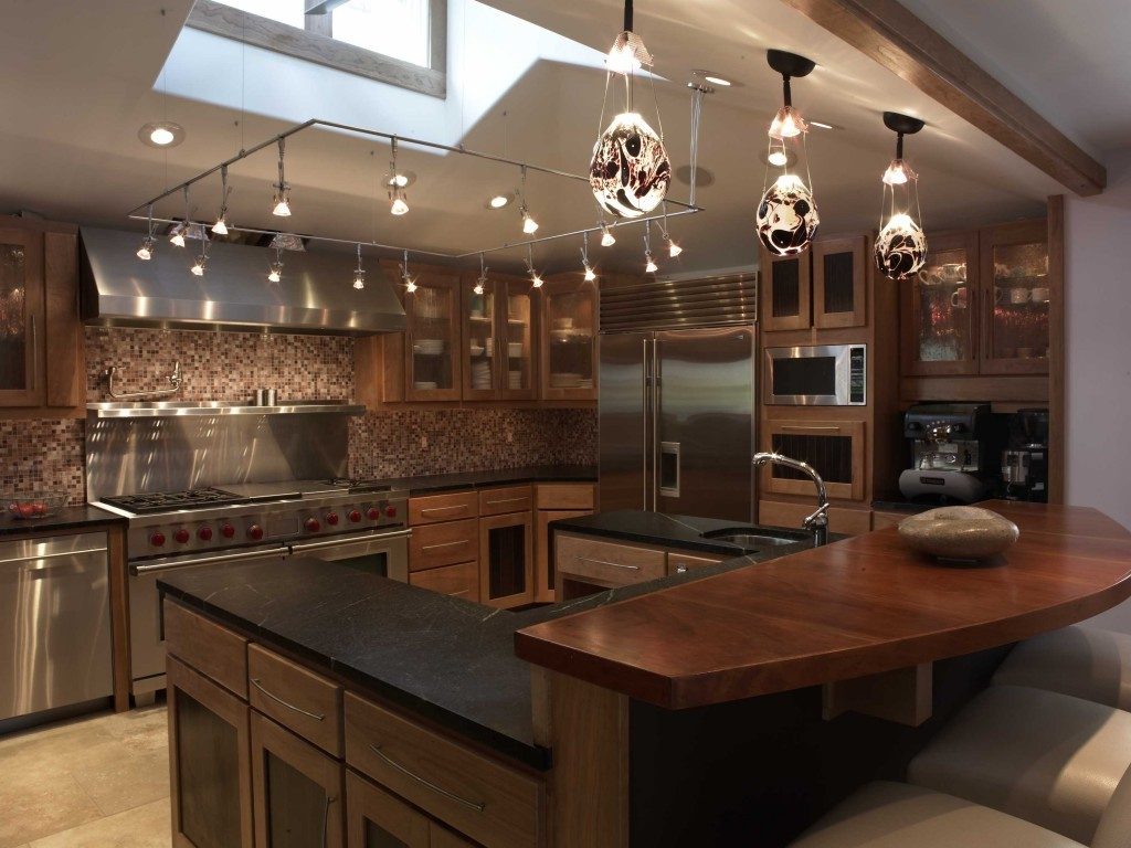 design al unei bucătării mari cu un set