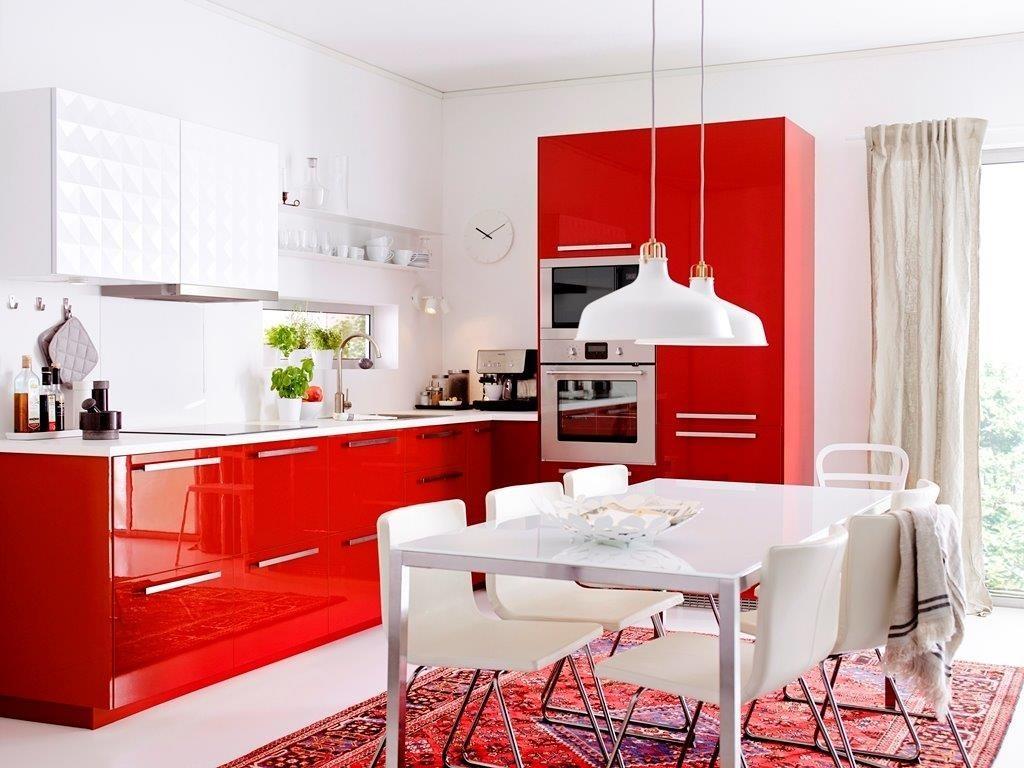 bucătărie mare cu un set alb-roșu