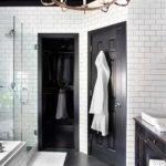Salle de bain carrelée blanc avec plafond noir