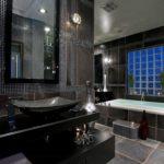 Salle de bain design de couleur noire dominante