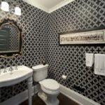 Conception d'une salle de bain avec des éléments baroques en noir et blanc