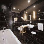 Conception de salle de bain rétro-éclairée avec des éléments blancs