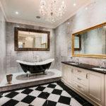 Conception de salle de bain large avec de larges miroirs