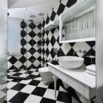 Conception de salle de bain de style d'échecs avec table blanche vintage
