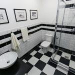 Conception de salle de bain de style domino noir et blanc