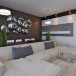 Trang trí tường trong phòng khách theo phong cách hiện đại.