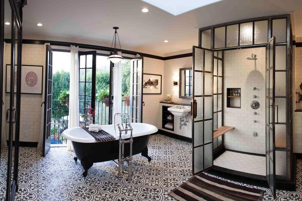 Salle de bain classique en noir et blanc