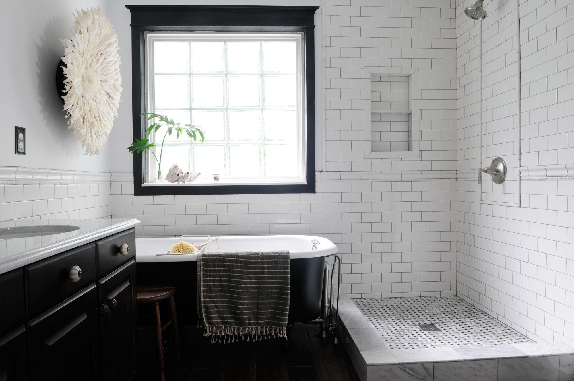 Salle de bain noir et blanc dans un éclairage tamisé