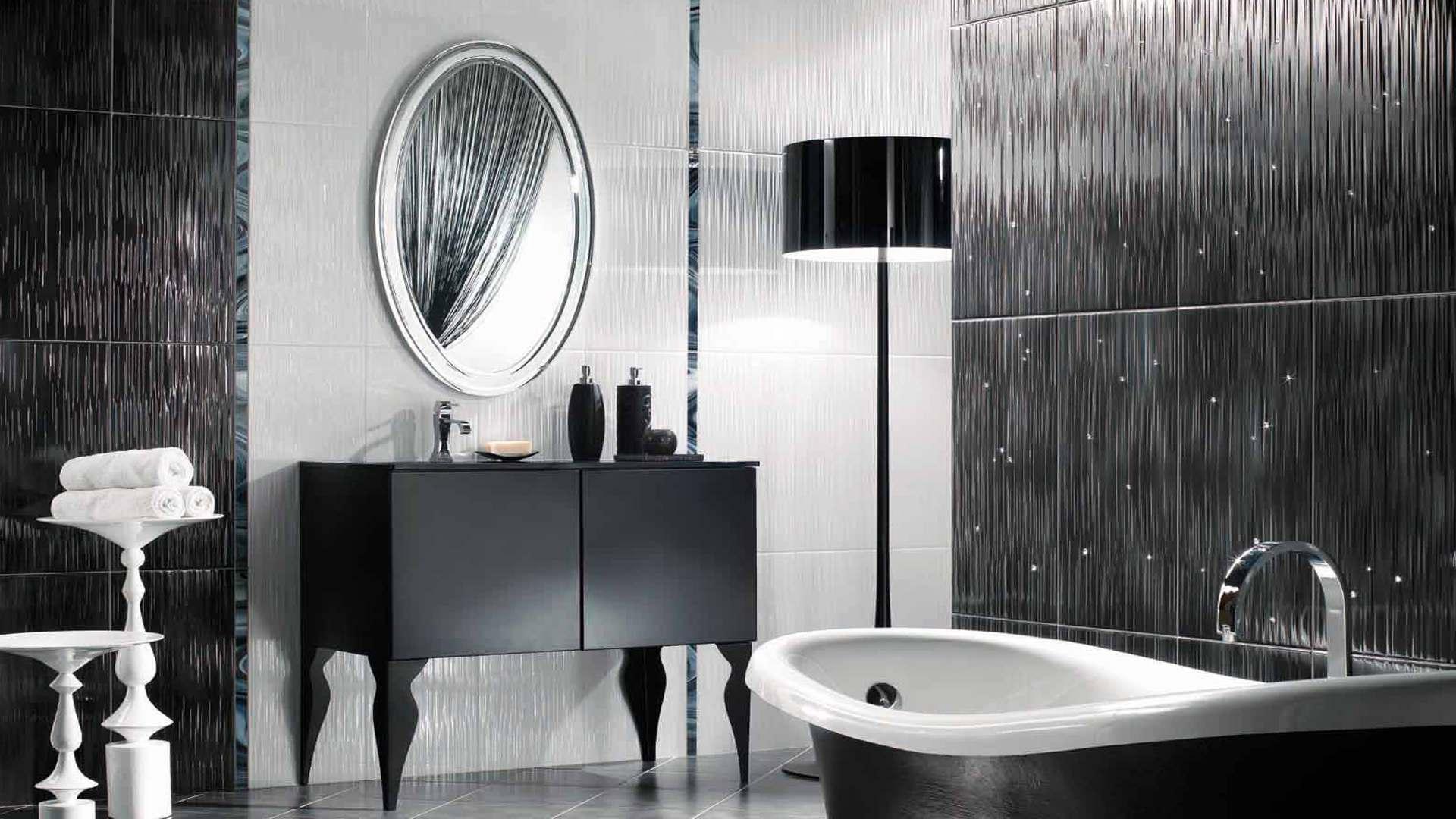 Salle de bain en noir et blanc au design élégant.