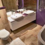 conception ultramoderne d'une salle de bain combinée à des toilettes