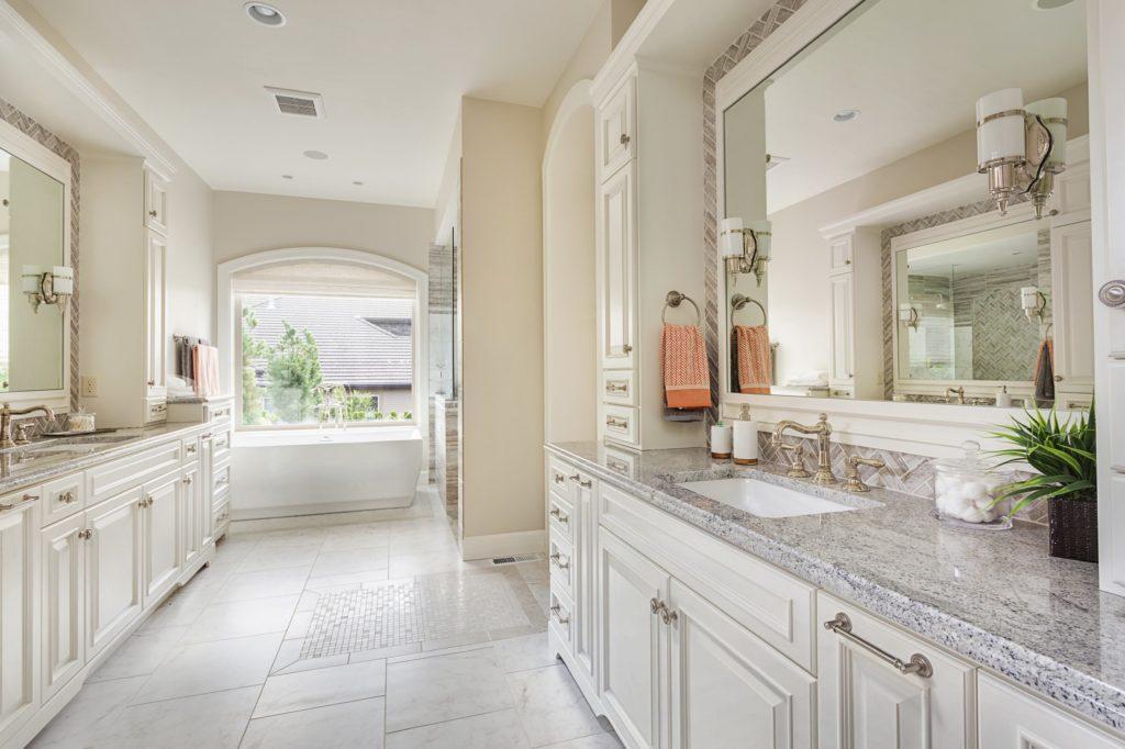 Salle de bain classique en granit blanc
