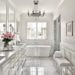 Salle de bain au sol en marbre blanc classique