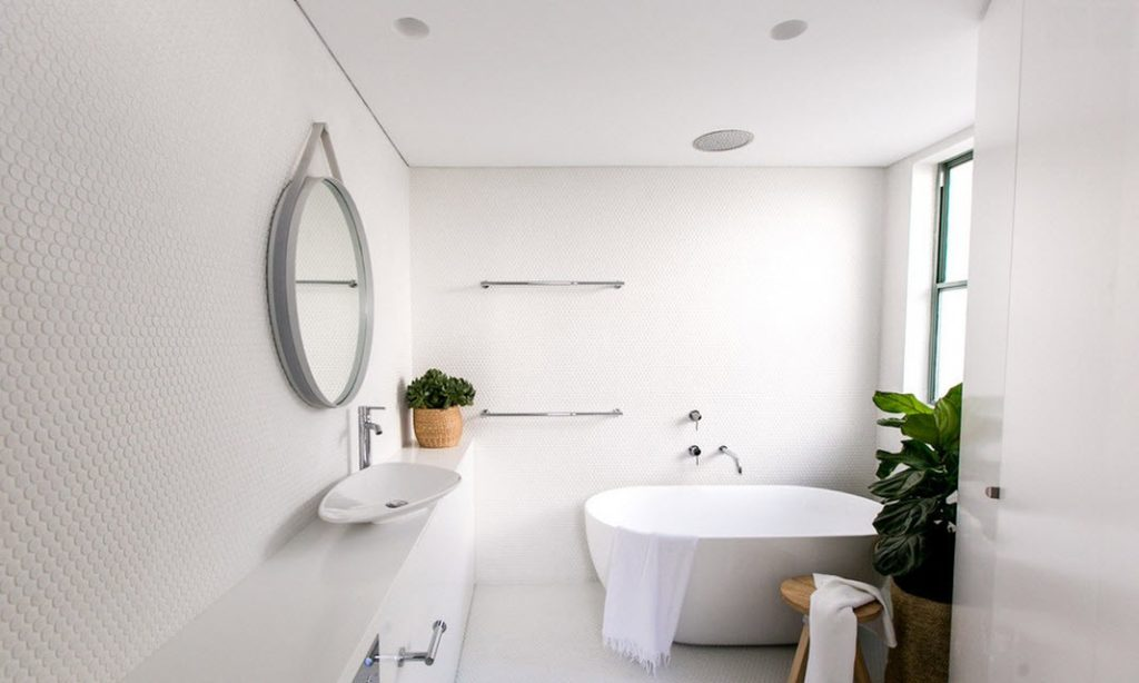 La salle de bain blanche est belle et fonctionnelle.