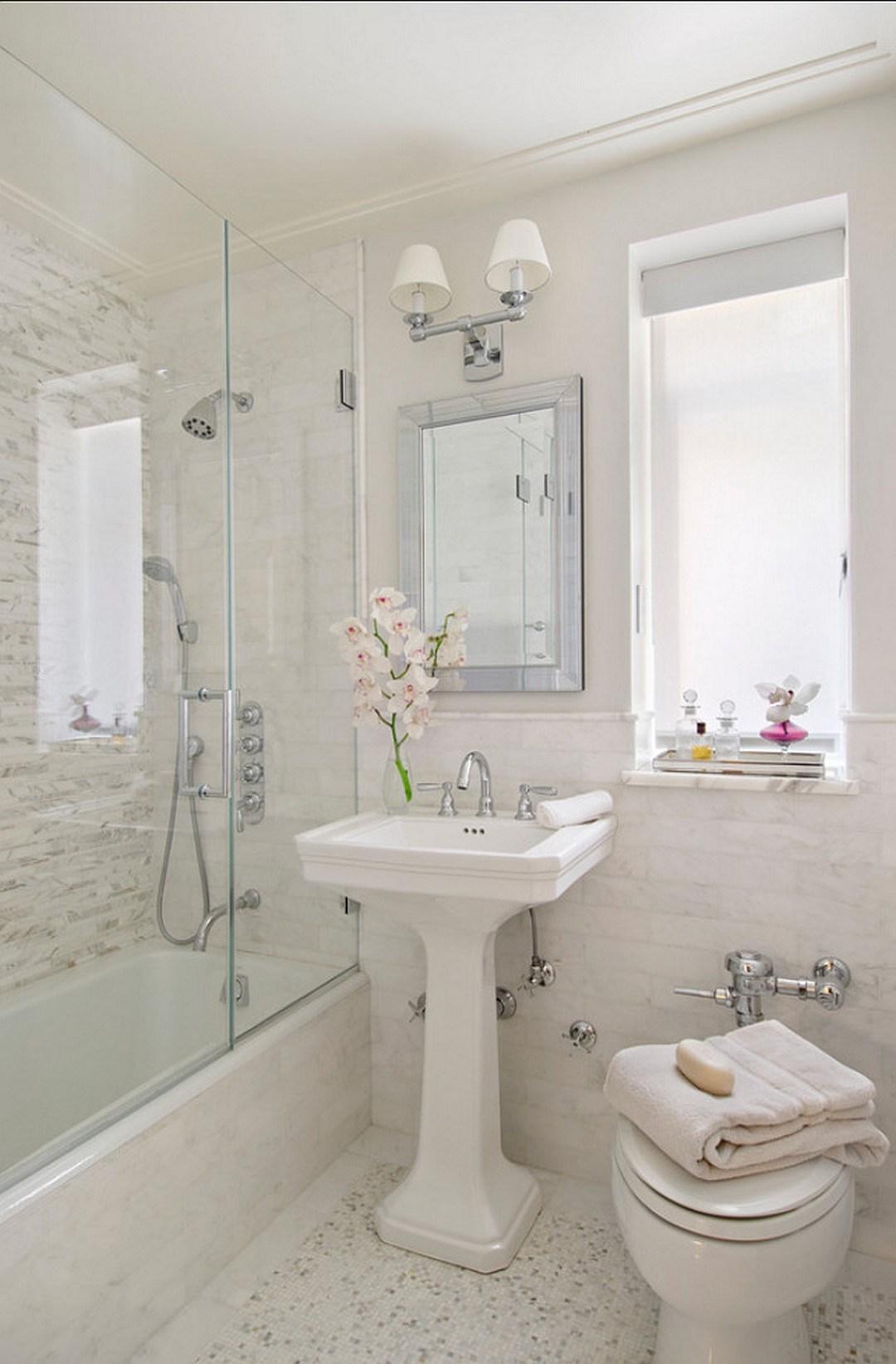 Petite salle de bain blanche