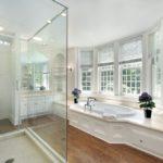 Plancher de bois salle de bain blanc