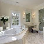 Salle de bain blanche avec une teinte laiteuse et des carreaux de marbre.