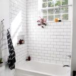 Salle de bain blanche avec plancher en nid d'abeille peu profond