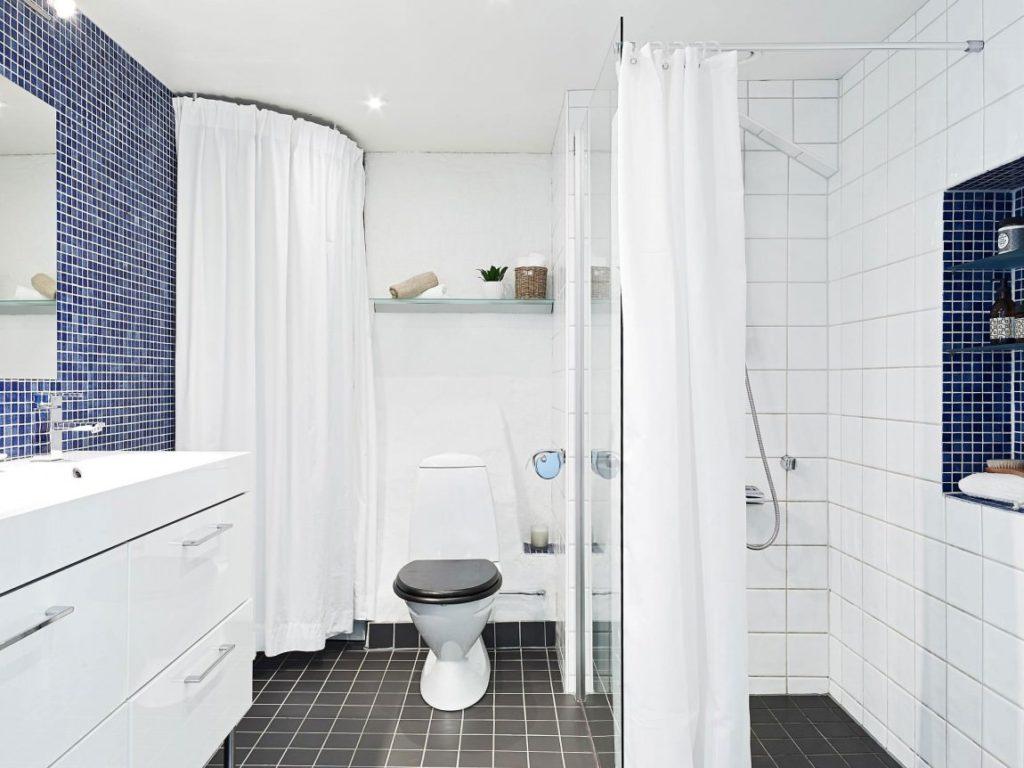 Salle de bain de style scandinave blanc et bleu.