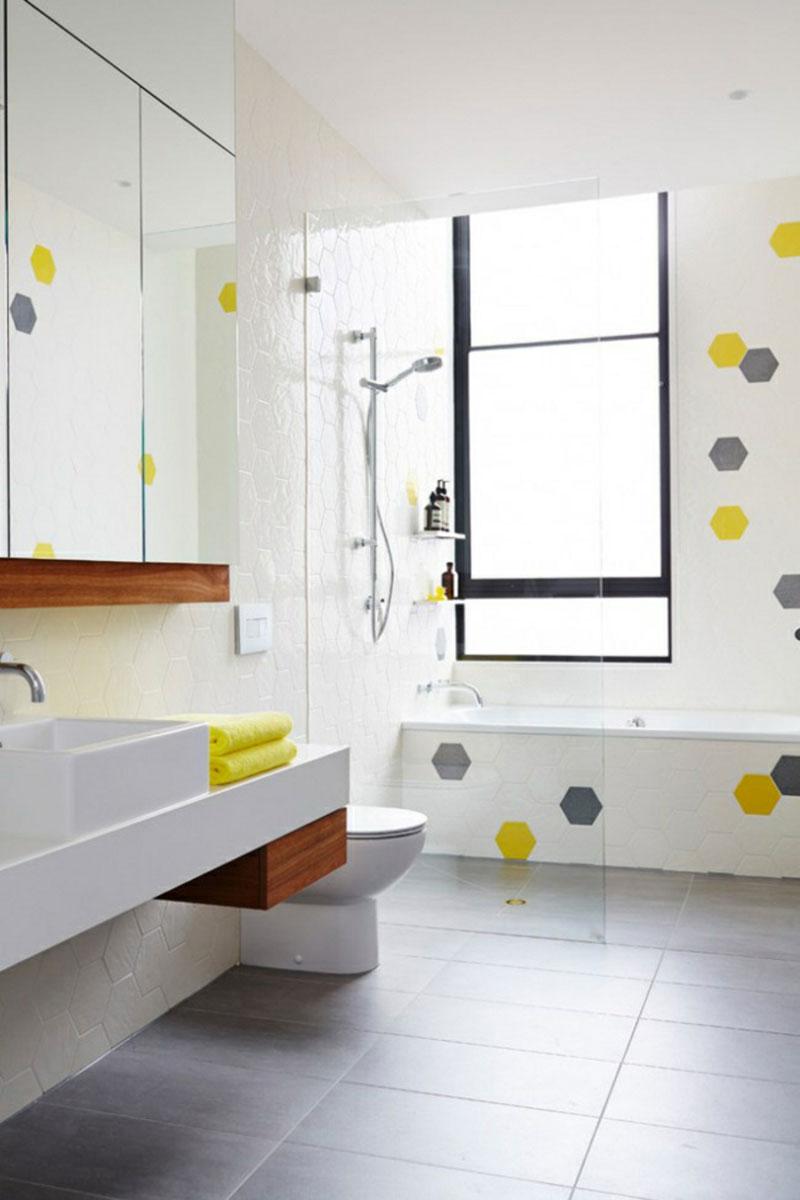 Salle de bain blanche de style scandinave et jaune.