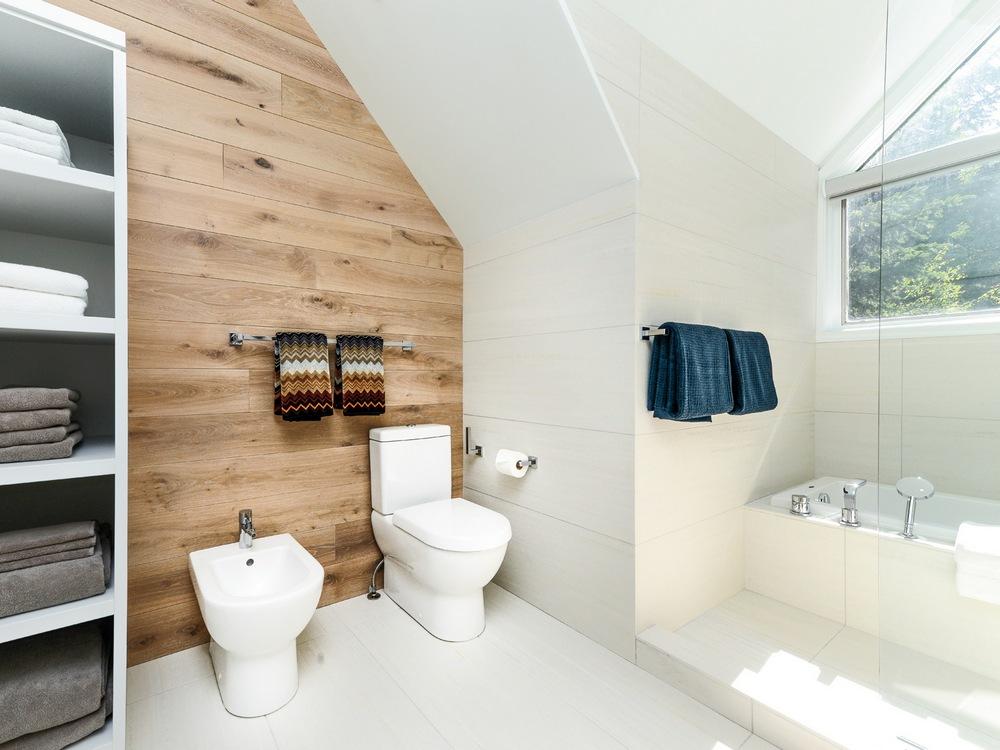 Salle de bain blanche de style scandinave