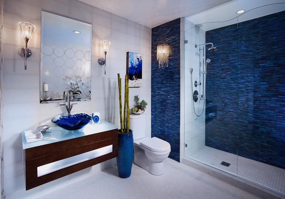 Salle de bain blanche de style méditerranéen avec bleu