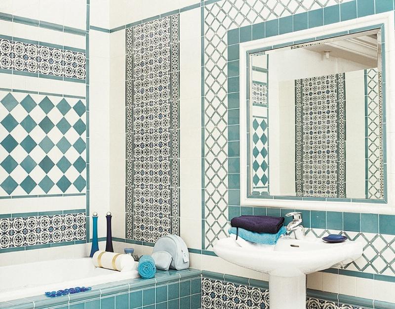 Salle de bain blanche de style méditerranéen avec ornement