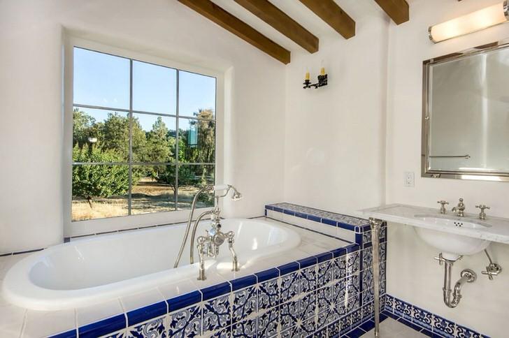 Salle de bain blanche de style méditerranéen