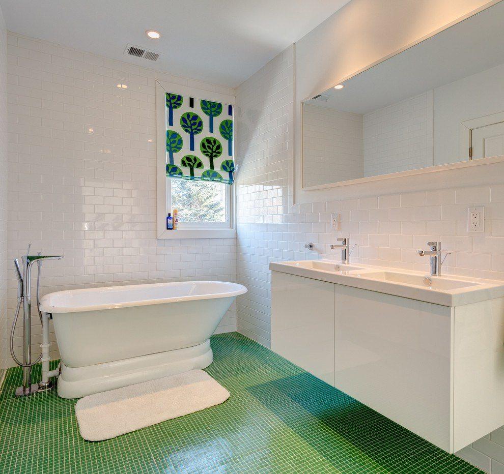 Salle de bain blanche en combinaison avec d'autres