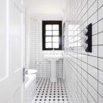 Salle de bain blanche dans un espace étroit.
