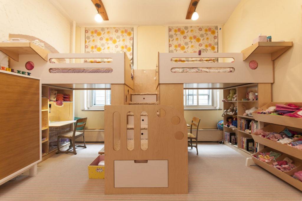 Conception d'une chambre d'enfant pour deux enfants hétérosexuels, lit au dessus de la table.