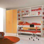 Conception d'une chambre d'enfant pour deux enfants hétérosexuels transformant un lit
