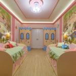 Conception d'une chambre d'enfant pour deux lits d'enfants hétérosexuels avec casiers