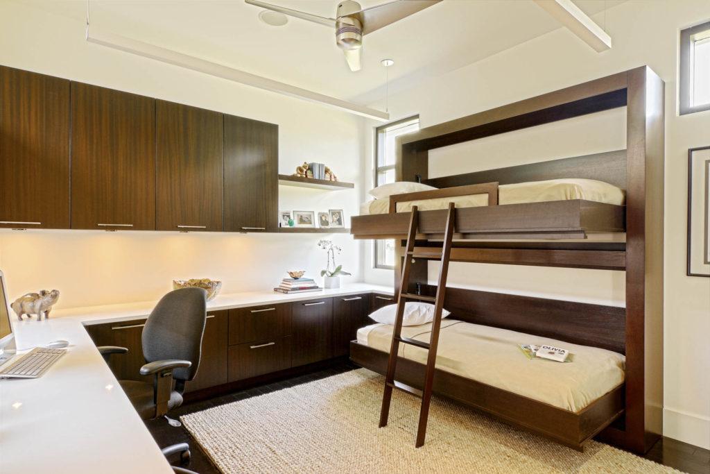 Conception d'une chambre d'enfant pour deux enfants hétérosexuels transformant des meubles