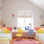 Conception d'une chambre d'enfant pour deux enfants hétérosexuels sous le grenier