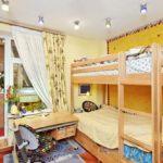 Conception d'une chambre d'enfants pour deux enfants hétérosexuels avec un plafond bas