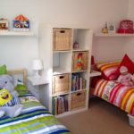 Conception d'une chambre d'enfants pour deux enfants hétérosexuels avec une table de chevet
