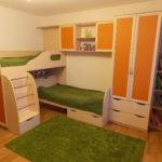 Conception d'une chambre d'enfant pour deux enfants hétérosexuels lit d'angle à deux niveaux